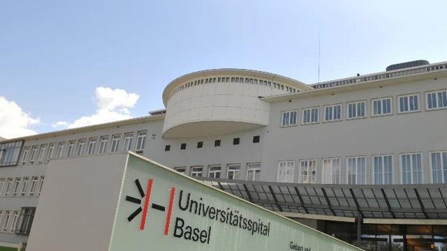 Weisser Spitalbau, im Vordergrund das Logo des Spitals.