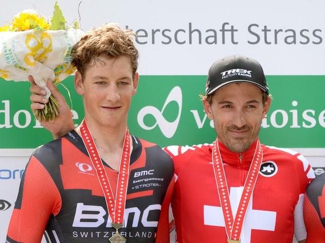 Stefan Küng steht als Zweiter zusammen mit Sieger Fabian Cancellara auf dem Podest.