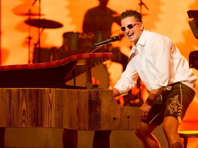 Andreas am Klavier.