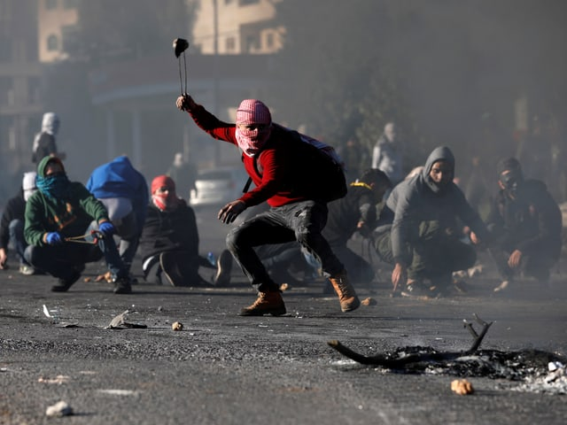 Mindestens 250 Menschen wurden bei den Ausschreitungen verletzt.
