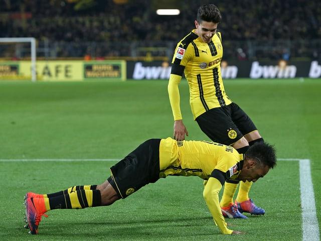 Pierre-Emerick Aubameyang freut sich über sein 1:0 gegen die Bayern.