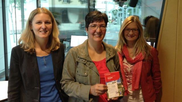La victura da la concurrenza Sandra Carigiet da Sumvitg, ensemen cun Claudia Cathomen da RTR ed Yvonne Dünser da la Viafier Retica.