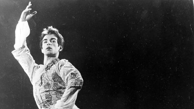 Rudolf Nurejew tanzt auf der Bühne. Schwarz-weiss.