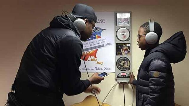 Ein junger Mann hört Musik mit einem Kind