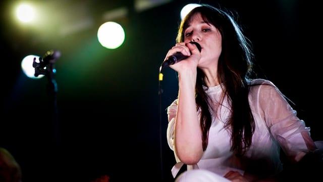 Die französische Sängerin Charlotte Gaisbourg auf der Kaufleuten-Bühne.