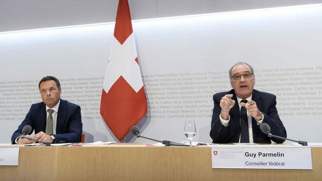 Bundesrat Guy Parmelin und Simon Plüss (Seco) an der Medienkonferenz