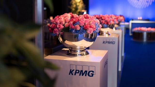 Rosa Rosen auf KPMG-Stehle.