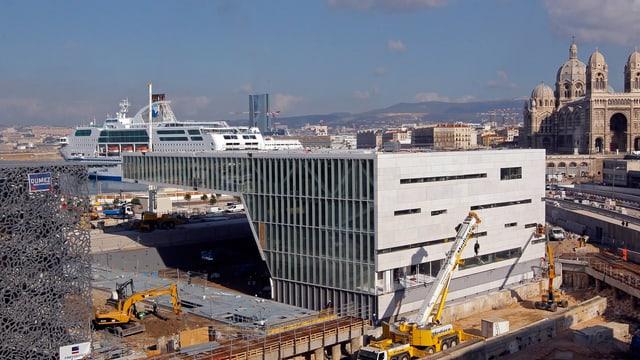 Wie ein Raumschiff am Hafen: dasneue  Kulturzentrum «Villa Méditerranée» in Marseille.