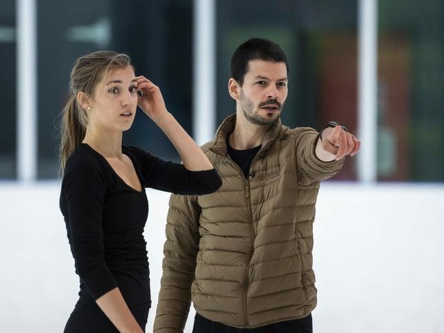 Stéphane Lambiel gibt Alexia Paganini Instruktionen.