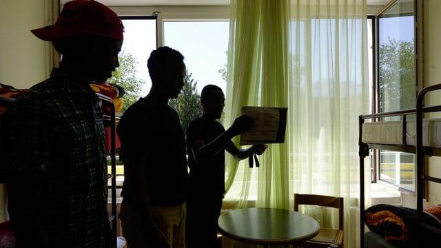 Silhouette von Asylbewerbern in einem Asylzentrum