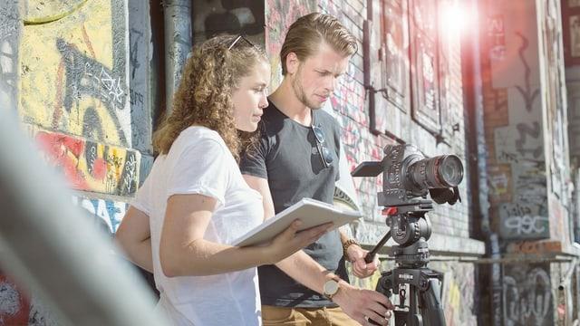 Duas persunas cun camera da filmar.