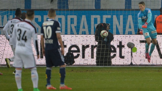 Luzerns Keeper Jonas Omlin lässt Skehlzen Gashis Freistoss zum 0:1 passieren.