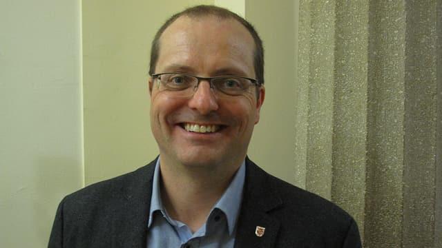 Lachender Mann mit Brille