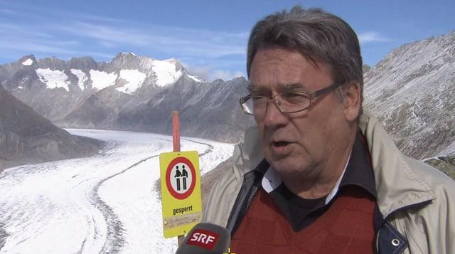 Gemeindepräsident spricht auf dem Gletscher.
