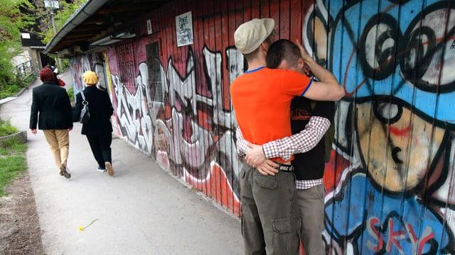 Homosexuelles Paar, das sich umarmt.