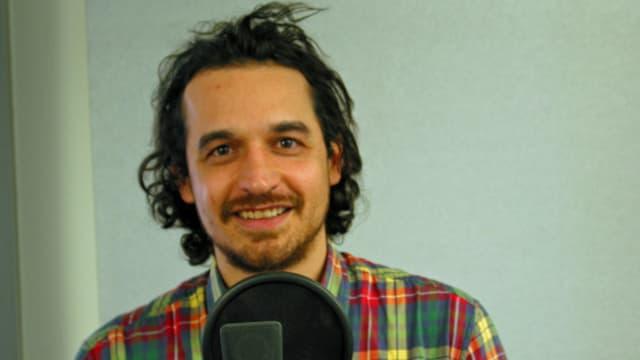 Junger Mann vor Mikrofon