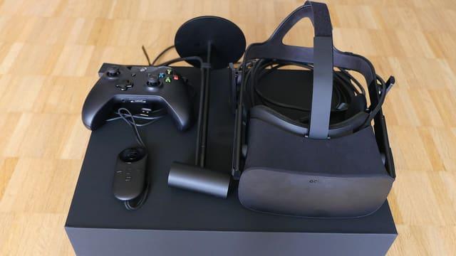 Die «Oculus Rift» besteht aus Brille, zwei Controllern und einem Kamera-Sensor.