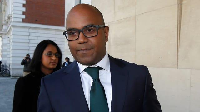 Schwarzer Mann mit Brille