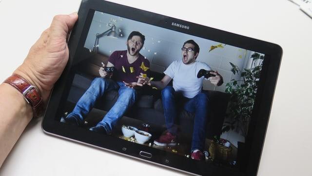 Zwei Online Gamer mit Gläsern und fliegenden Chips