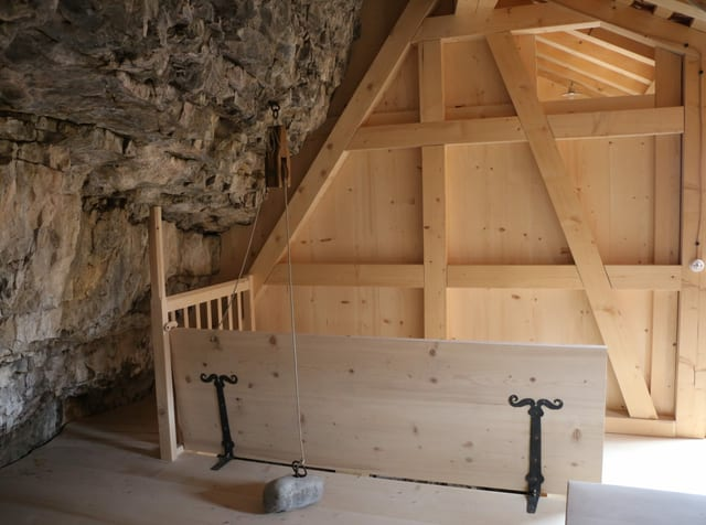 Innenausbau mit Felswand