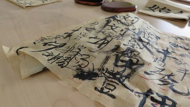 Chinesische Zeichen auf einem Pergament.