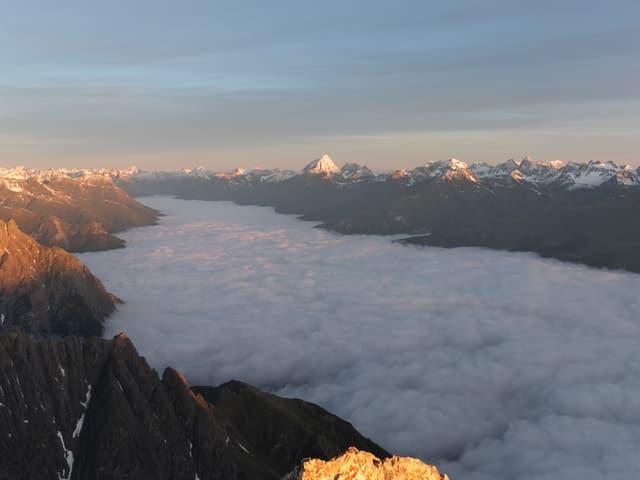 Der Talboden des Unterengadins ist gefüllt mit Nebel.