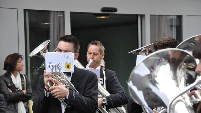 Musicants che sunan a Cuira sin via.