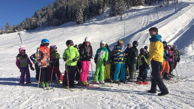 Kinder in Skiausrüstung.
