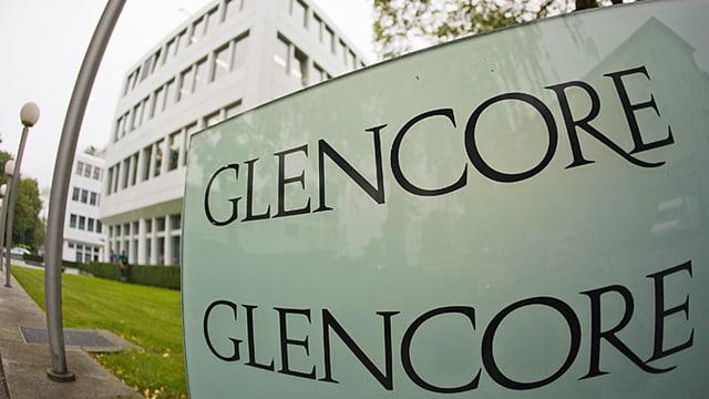 Schriftzug Glencore vor Gebäude.