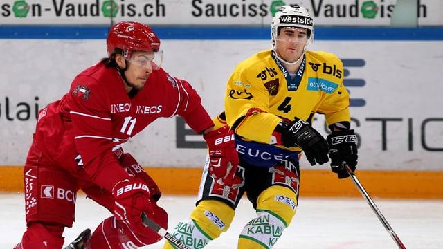 Lausannes Yannick Herren gegen Berns Bud Holloway.