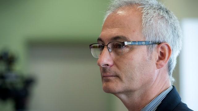 Bernhard Pulver mit Brille und grauen Haaren in der Seitenansicht.