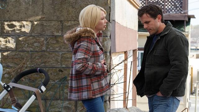 Ein Mann spricht mit seiner Ex-Frau auf der Strasse.