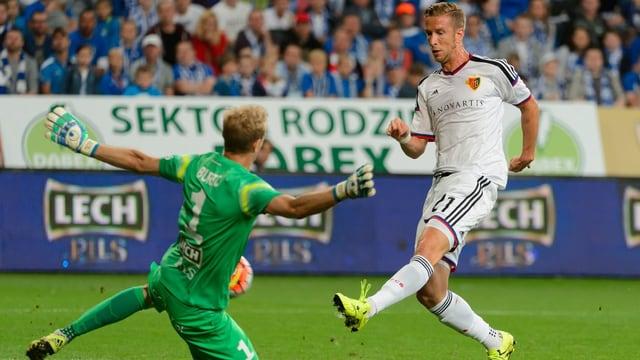 Janko schiesst den Ball am Torwart vorbei