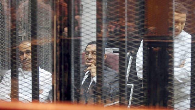 Gamal (links), Vater Hosni Mubarak (Mitte) und Alaa (rechts) verfolgen Ende Mai 2014 den Prozess gegen sie in einer Polizeikaserne am Stadtrand von Kairo. (reuters)