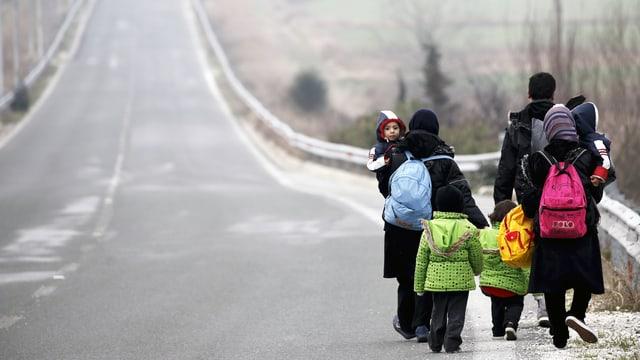 Afghanische Flüchtlinge auf dem Weg an die griechisch-mazedonische Grenze nahe Idomeini.