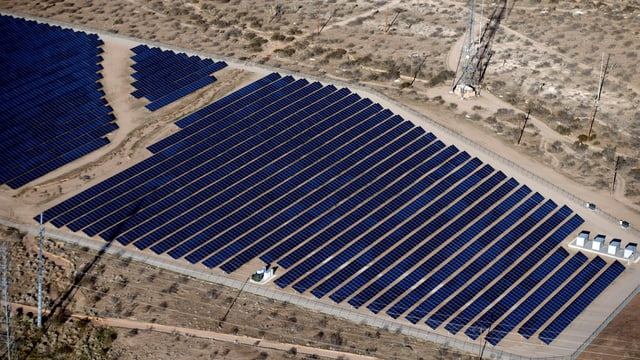 Eine grosse Solaranlage in der Wüste.