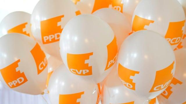 Ballone mit dem orangen CVP-Logo.