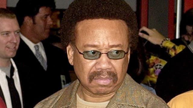 Maurice White mit getönter Brille und ernster Miene