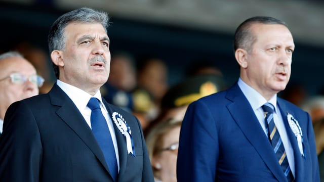 Gül und Erdogan stehen nebeneinander und singen die türkische Nationalhymne.