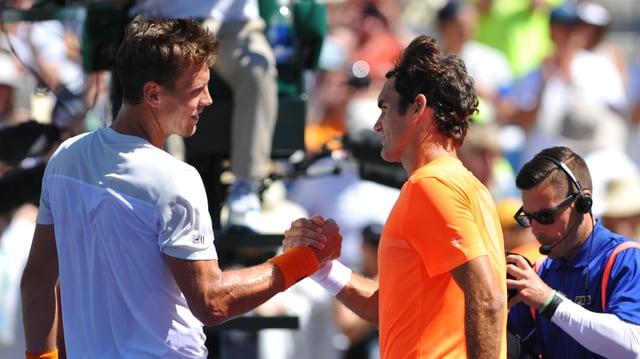 Tomas Berdych fordert Roger Federer reichen sich die Hand.