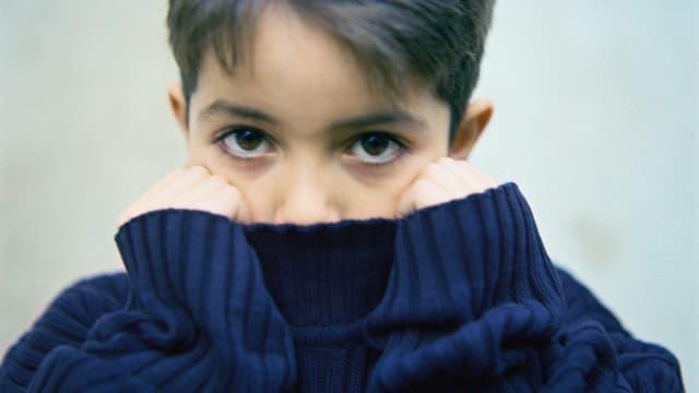 Junge mit Wollpullover