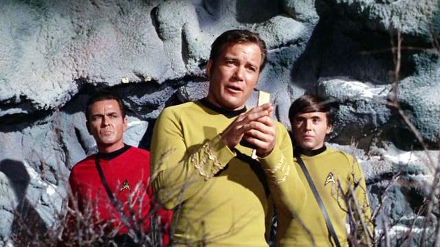 William Shatner als Captain Kirk mit einem Walkie-Talkie in Star Trek.