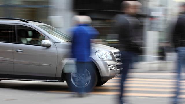 Auto und Fussgänger