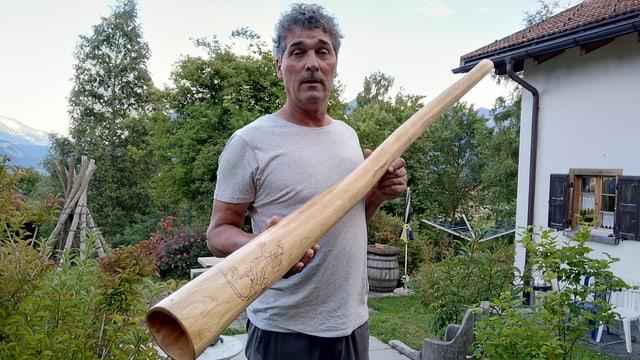 Hanspeter Reimer cun ses didgeridoo preferì.