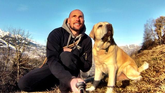 Marco Büchel mit seinem Labrador Jesper.