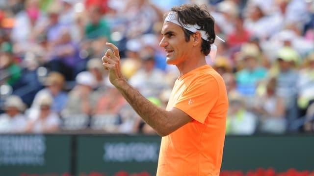 Federer zeigt mit den Fingern eine Millimeterentscheidung an.