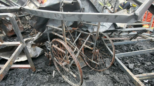 Verbrannter Rollstuhl in den Trümmern