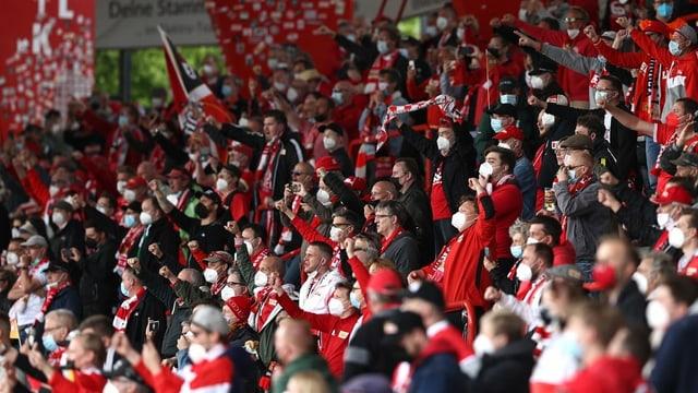 Viele Fans im Stadion mit Maske