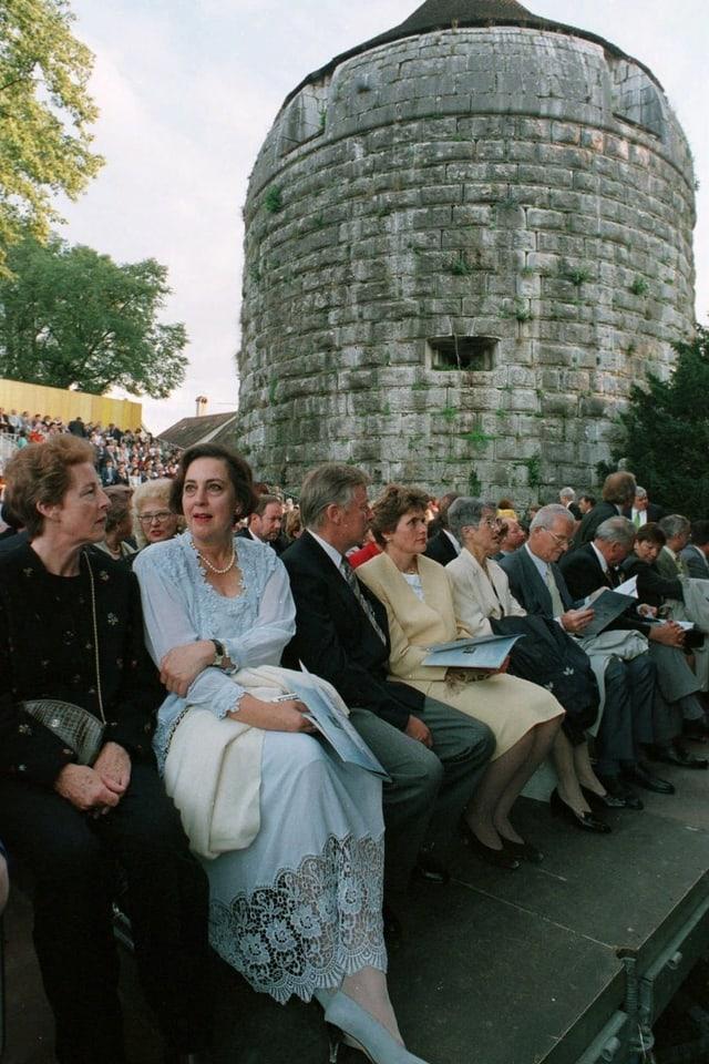 Opern-Zuschauer vor historischem Turm