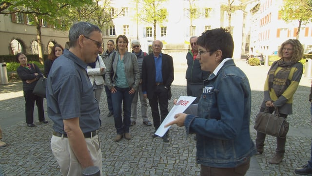 sanester il cusseglier guvernativ Martin Jäger e dretg Marianne Fischbacher che surdat a Jäger las pretensiuns da l'uniun Museums Grischuns